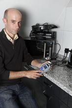 Stromsparberater Benjamin Wirries misst auch den Standy-by-Verbrauch der Küchengeräte. Hier verstecken sich oftmals überflüssige Stromfresser.