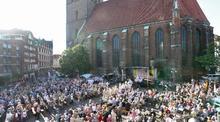Ein Historisches Ereignis: Die Katholiken Hannovers feiern zu Fronleichnam die erste Heilige Messe an der Marktkirche seit der Reformation. (© pkh/ Gossmann)