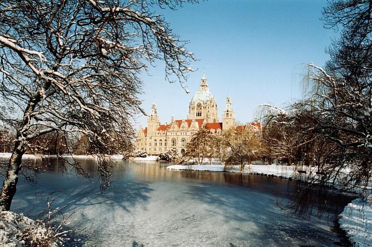 Maschpark mit Rathaus im Winter