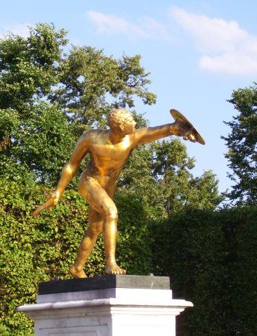 Goldene Figur im Gartentheater Herrenhausen