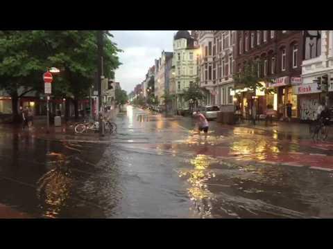 Unwetter in Hannover: Dieser Kerl nimmt's sportlich