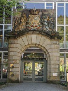 Wappenportal vor dem Bauamt