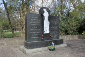 Zentraler Gedenkstein auf dem Friedhof