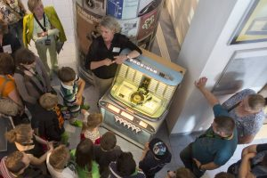 Besucher im Museum für Energiegeschichte(n) hören Schlager aus der Jukebox