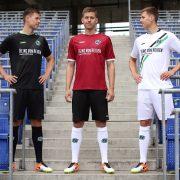 So sieht Hannover 96 in der kommenden Saison aus - Defensivspieler Waldemar Anton präsentiert die neuen Trikots (Foto: obs/Hannover 96 GmbH & Co. KGaA/Lars Kaletta)
