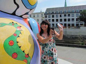 Jetzt mobilen Akku für Smartphones gewinnen – Kristin Müller von der Klimaschutzagentur mit einer Powerbank.