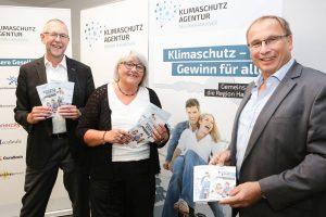 Freundlich und modern: Prof. Dr. Axel Priebs (v.li.), Brigitte Nieße und Udo Sahling präsentieren das neue Design und Logo der Klimaschutzagentur Region Hannover.