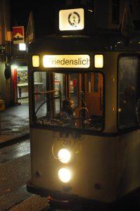 Das Freidenslicht kommt mit einer historischen Strassenbahn in die Stadtteile
