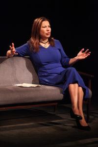 Eine Frau allein auf einer Bühne, sie erzählt die Geschichte ihrer Familie.