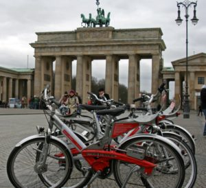 Beispiel Berlin: Call a Bike am Brandenburger Tor (Bild: Superbass, Call A Bike Brandenburger Tor, CC BY-SA 3.0 )