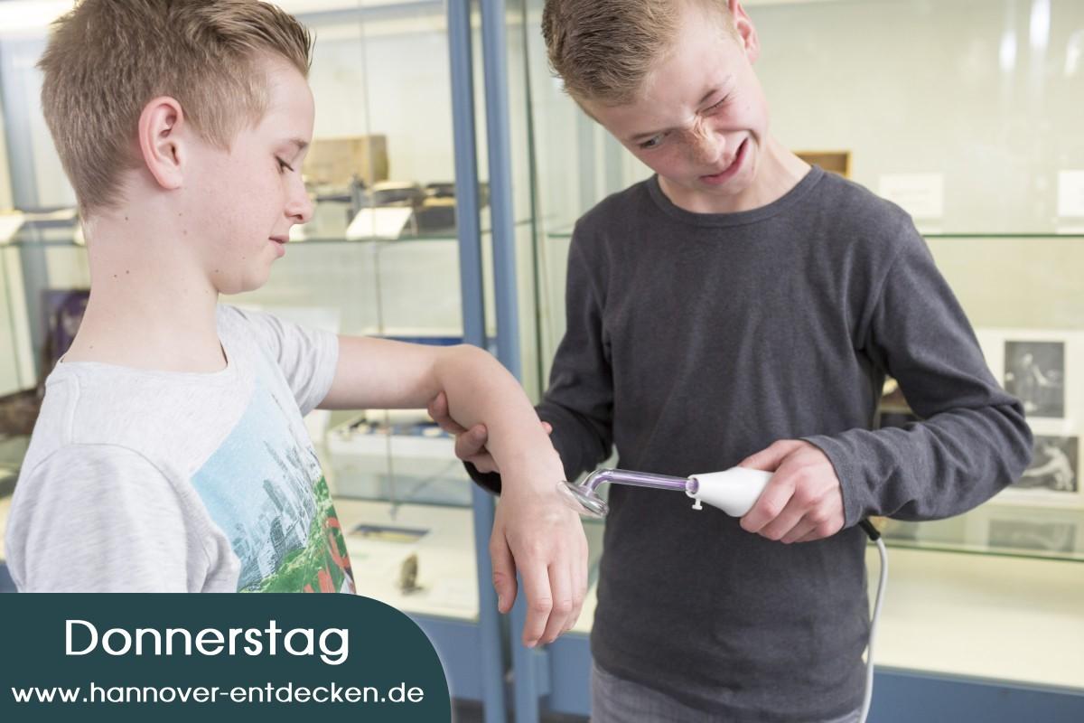 Elektromedizin: Bei einer Behandlung mit dem Hochfrequenzstrahlapparat brizzelt es auf der Haut