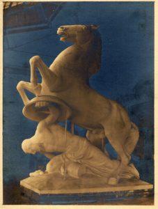 """Unter dem Titel """"Befreiung"""" reichte Heinrich Wedemeyer seinen Wettbewerbsbeitrag ein, der mit dem 1. Preis ausgezeichnet wurde. Das Foto zeigt das Gipsmodell für die Figurengruppe des KGL-Denkmals. (Stadtarchiv Hannover HR 13 Nr. 672, fol. 2r)"""