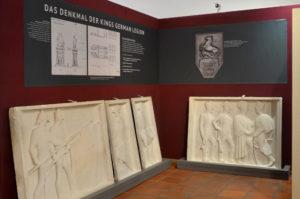 Präsentation der Gipsmodelle in der Dauerausstellung des Historischen Museums Hannover