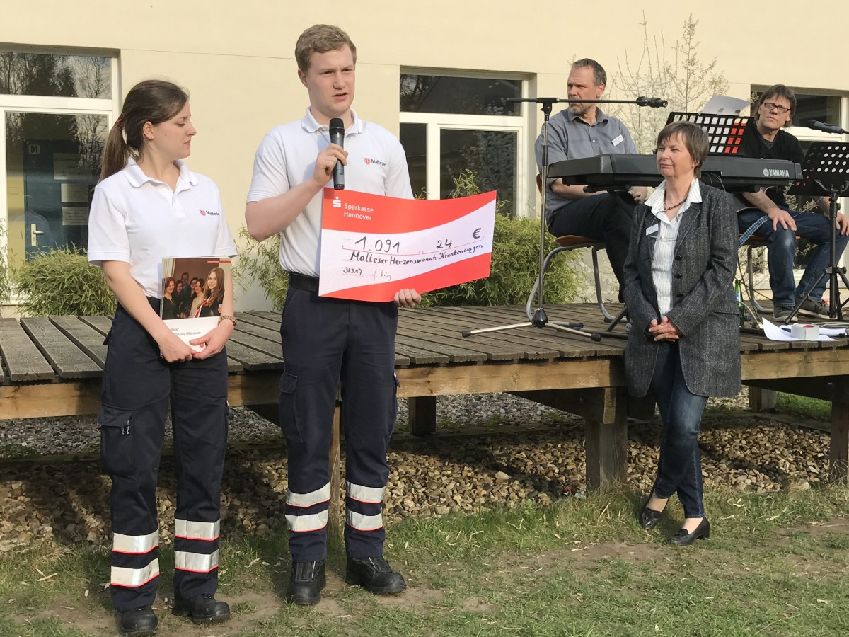 Übergabe an die Rettungssanitäter der Malteser