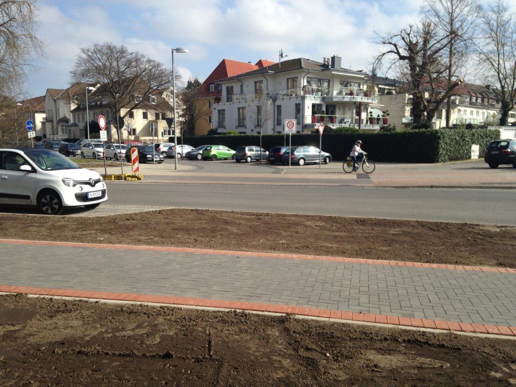 Keine Bordsteinabsenkung mehr für Radfahrer die hier aus der Planckstraße kommen