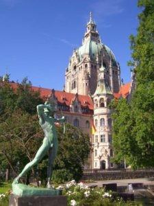 Bogenschütze vor dem Neuen Rathaus