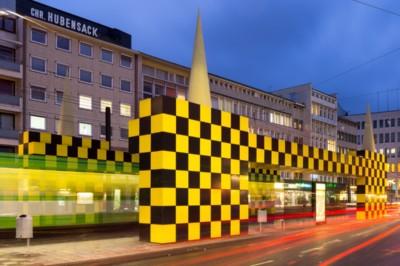 Straßenbahnhaltestelle Steintor, von Alessandro Mendini gestaltet im Rahmen des Kunstprojektes BUSSTOPS, an der Kurt-Schumacher-Straße