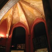 Bar mit schönem Deckengewölbe