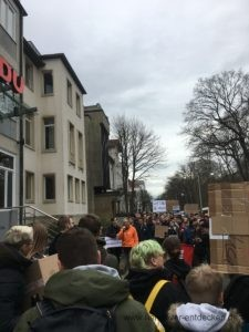 Mehrere hundert Demonstanten in der Hindenburgstraße