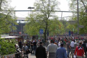 Alte Liebe - Fans auf dem Weg ins Stadion