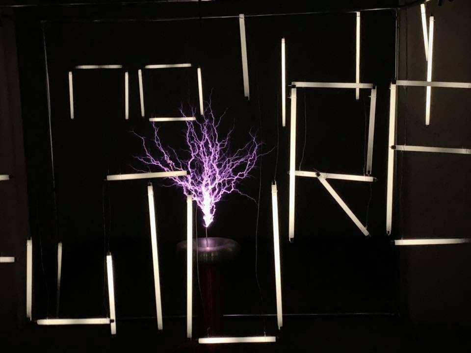Anjey Wasilewsky, Installation mit Hochspannungs-Netz, Faradayscher Käfig, Neonröhren, 2018