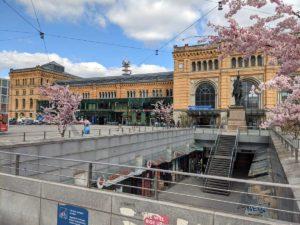 Hauptbahnhof im Frühling
