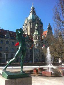 Bogenschütze mit Bahlsen-Brunnen vor dem Neuen Rathaus