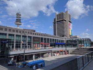 Der Platz hinter dem Bahnhof