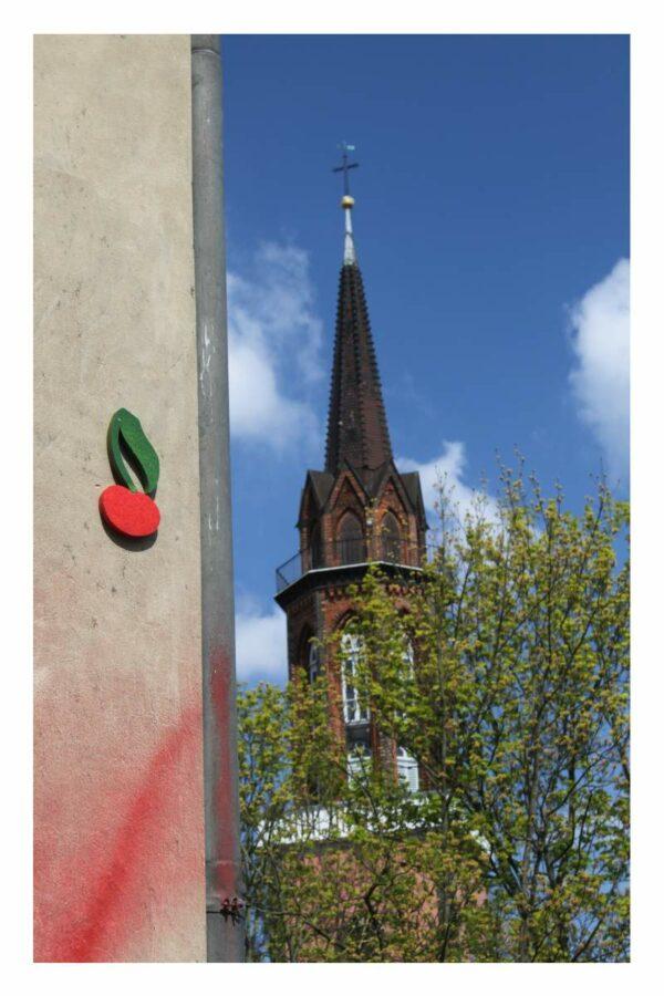 Kirche mit Kirsche