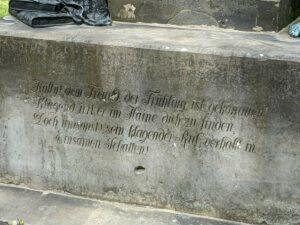 Inschrift auf dem Denkmal